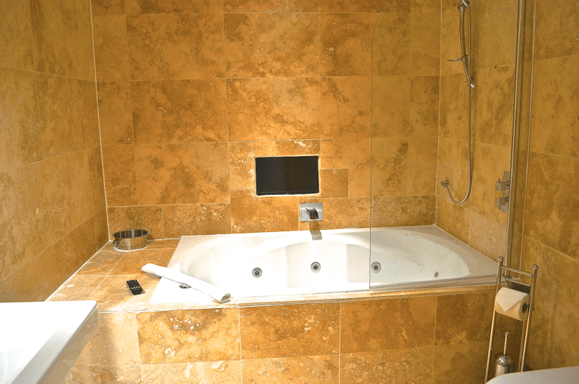 romantic night in Liverpool - double jacuzzi bath - Signature Living