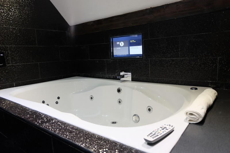 The perfect group party stay in liverpool casino for Hotel jacuzzi 13